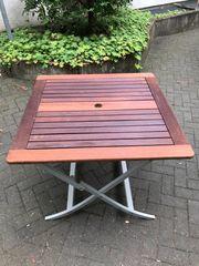 Robuster Gartentisch aus Holz zusammenklappbar