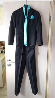 schöner schwarzer Anzug