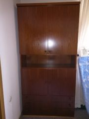 Schrank mit Türen und Schubladen