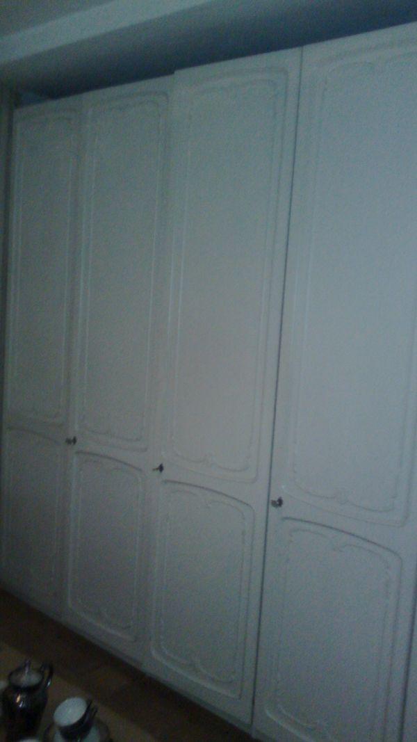 Schlafzimmer mit Wandschrank und Nachtkästchen