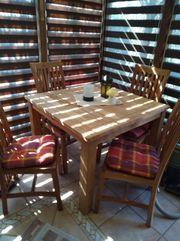 Tisch mit 4 Stühlen aus