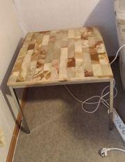 kleiner Tisch mit Marmortischplatte