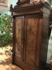 Gründerzeit Kleiderschrank aus Nussbaum mit