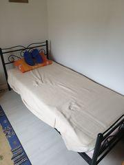 Kleiderschrank und Bett