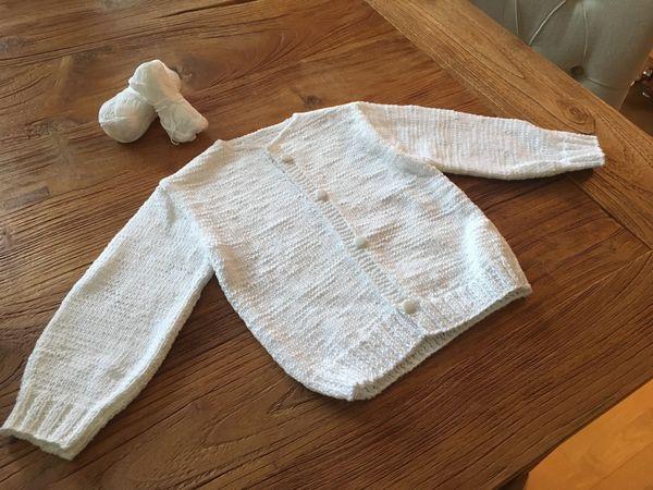 Selbstgestrickte Babyjacke in weiß