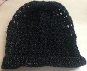 gehäkelte Mütze in schwarz mit