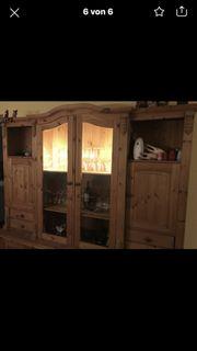 Massive Holzvitrine mit Innenbeleuchtung