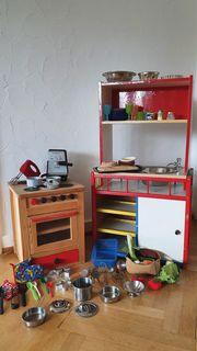 Kinderküche mit Elektrogeräten und viel