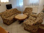 Gut erhaltene Couchgarnitur mit Tisch