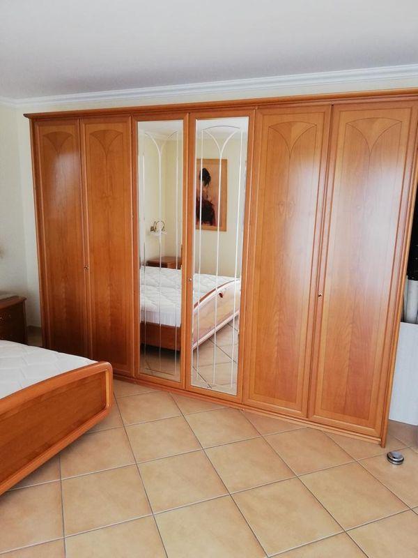 Schönes Schlafzimmer in Kirschbaum