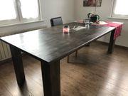 Holztisch mit Feuerstelle
