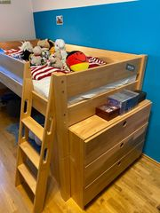 Kinderbett mit Kommode und Schreibtisch