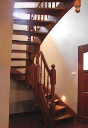 Holztreppe und Metalzäune aus Polen