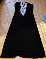 Schwarzes Kleid mit Stickerrei am