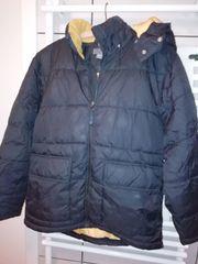 schwarze Winterjacke mit abnehmbarer Kapuze
