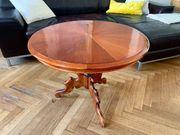 Edler vintage Holztisch mit Glasplatte