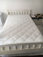 weißes Bett mit Lattenrost und