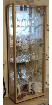 Glasvitrine mit Inhalt Glässer dabei