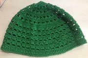 Sommerliche gehäkelte Mütze in dunkelgrün