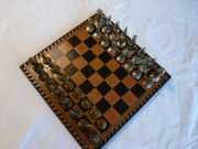Schachspiel aus Salpa-Leder mit Metallfiguren