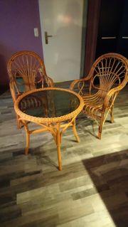 Runder Rattantisch mit 2 Stühlen