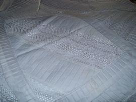 Bettüberwurf Tagesdecke mit Stickereien in: Kleinanzeigen aus Büren - Rubrik Betten