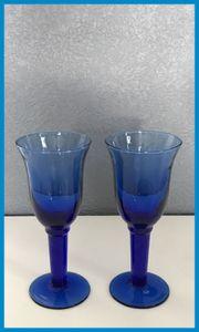 Stielgläser in blau