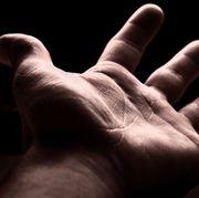 Eine fremde Hand tief in