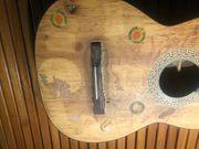 Ältere Gitarre reparaturbedürftig mit Gitarrentasche