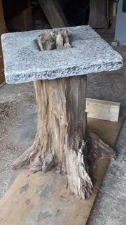 Tisch aus Wurzelstock und Granitabdeckung -