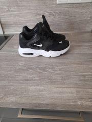 schwarz-weiße Nike Schuhe in guten