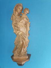 Geschnitzte Madonna mit Kind