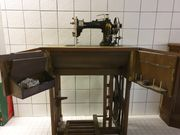 Antike Nähmaschine mit Schrank