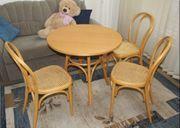 hellbrauner Vollholz Esstisch drei Korb-Stühlen