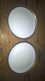 Zwei Teller mit goldenem Rand