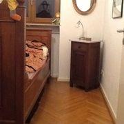 Bett mit Matratze und Nachttisch
