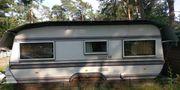 Wohnwagen mit Schutzdach
