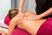 Massage an genussvolle Frau zu