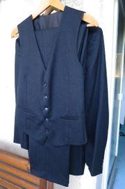 Dunkelblauer Anzug mit Weste und