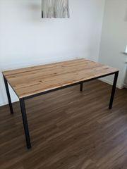 Tisch aus Naturholz Kernbuche zu