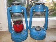 Wir verkaufen zwei alte blaue