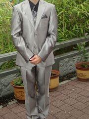 Silberne Anzug mit schwarzem Hemd