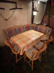Eckbankgruppe mit Tisch und Stühlen