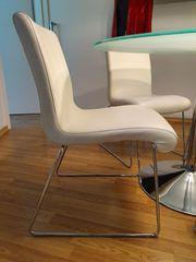 Schöne moderne weiße Stühle