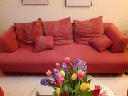 Rotes Sofa und zwei rote