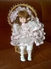 Puppe im Sessel