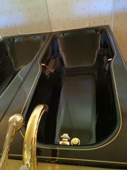 Komplettes schwarz goldenes Bad mit