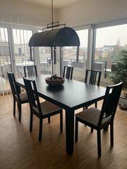 Tisch mit 8 Stühlen
