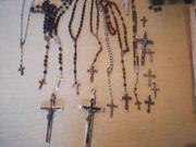 alte Kreuze und Rosenkränze