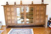 alter dekorativer Wohnzimmerschrank